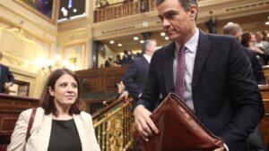 La portavoz del PSOE en el Congreso de los Diputados, Adriana Lastra, y el presidente de Gobierno en funciones, Pedro Sánchez