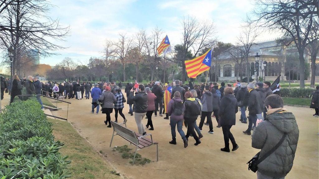 Manifestantes van a concentrarse ante el Parlament después de que unos cuantos forzaran una puerta del parque de la Ciutadella de Barcelona, por el pleno extraordinario