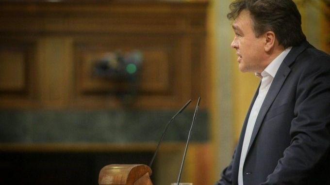 Tomás Guitarte, diputado de Teruel Existe, en la tribuna de oradores del hemiciclo