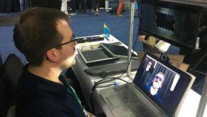 """Ryan Todd, del grupo Bosch, presenta el """"Virtual Visor"""", un dispositivo que utiliza la inteligencia artificial para bloquear, a través de un parabrisas, la luz cegadora del sol"""