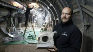 El arqueólogo Ari Levi muestra un trozo de una tabla con 2.000 años de antigüedad, en Jerusalén, el 6 de enero de 2020