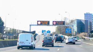 Imagen de la carretera M30 en Madrid con luminosos indicando limitaciones de velocidad (70km/hora) debido a la contaminación