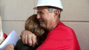 Greg Zanis reconforta a una familiar de una víctima de tiroteo