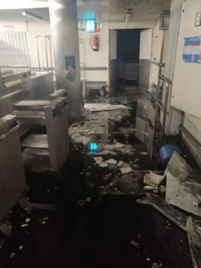 El techo de la cocina del Hospital del Gregorio Marañón se cae este sábado sobre el lavavajillas dejándolo inutilizado