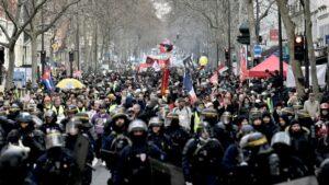 Policías antidisturbios franceses encabezan manifestación contra la reforma del sistema de pensiones en París el 11 de enero de 2020