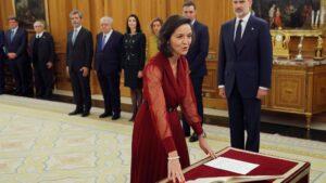La ministra de Industria y Turismo, Reyes Maroto, jura o promete su cargo ante el Rey Felipe VI, en el acto de toma de posesión, en el Palacio de la Zarzuela de Madrid