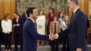 El nuevo ministro de Consumo, Alberto Garzón (izq), saluda al Rey Felipe VI (dehc), tras la jura de su cargo en el Palacio de la Zarzuela de Madrid