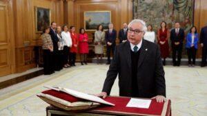 El nuevo ministro de Universidades, Manuel Castells, jura o promete su cargo ante el Rey Felipe VI, en el Palacio de la Zarzuela de Madrid