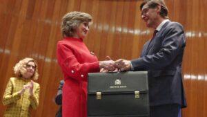 La exministra de Sanidad, Consumo y Bienestar Social, María Luisa Carcedo, entrega la cartera al nuevo ministro de Sanidad, Salvador Illa