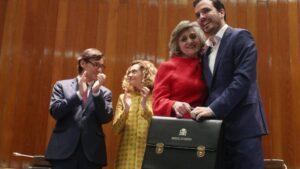 La exministra de Sanidad, Consumo y Bienestar Social, María Luisa Carcedo, posa junto al nuevo ministro de Consumo, Alberto Garzón