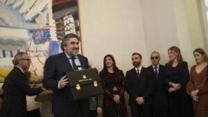 José Manuel Rodríguez Uribes sujeta la cartera del Ministerio de Cultura y Deporte