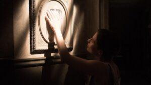 Amparo (Begoña Vargas) acaricia el retrato de Clara en 'Malasaña 32'