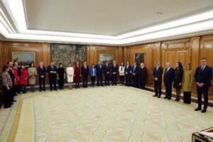 El presidente del Gobierno, Pedro Sánchez (d) preside la jura de ministros de su nuevo gobierno durante un acto celebrado en el Palacio de Zarzuela en Madrid a 13 de enero de 2020