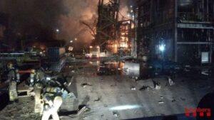 Bomberos trabajando en el incendio por la explosión en La Canonja