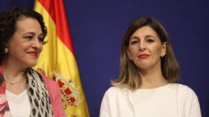 La nueva ministra de Trabajo, Yolanda Díaz (dech) y la exministra de Trabajo, Magdalena Valerio (izq) durante el acto de toma de posesión de los ministros
