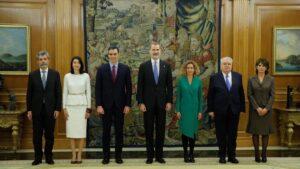 Foto de familia de las principales autoridades del Estado junto al Rey, tras la toma de posesión de Pedro Sánchez como presidente del Gobierno