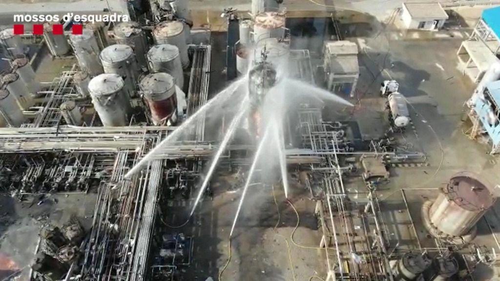 Imagen aérea de la extinción del incendio en la empresa química donde se produjo una explosión en La Canonja, en Tarragona
