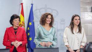a ministra de Educación y Formación Profesional, Isabel Celaá; la ministra de Hacienda y portavoz del Gobierno, María Jesús Montero; y la ministra de Igualdad, Irene Montero