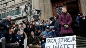 """La activista climática sueca Greta Thunberg toma la palabra junto a una pancarta con el mensaje """"Huelga escolar por el clima"""" el 17 de enero de 2020 en Lausana"""