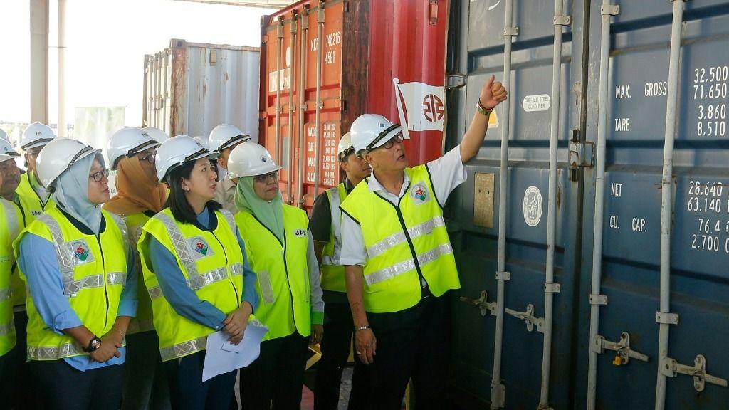 La ministra malaya de Medio Ambiente, Yeo Bee Yin (segunda desde la izquierda), y otros responsables inspeccionan un contenedor con desechos plásticos el 20 de enero de 2020 en Butterworth antes de reenviarlo a sus países de origen.