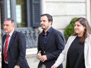 El secretario general del PCE y diputado de Unidas Podemos, Enrique Santiago (i) y el coordinador federal de Izquierda Unida (IU) y diputado de Unidas Podemos, Alberto Garzón