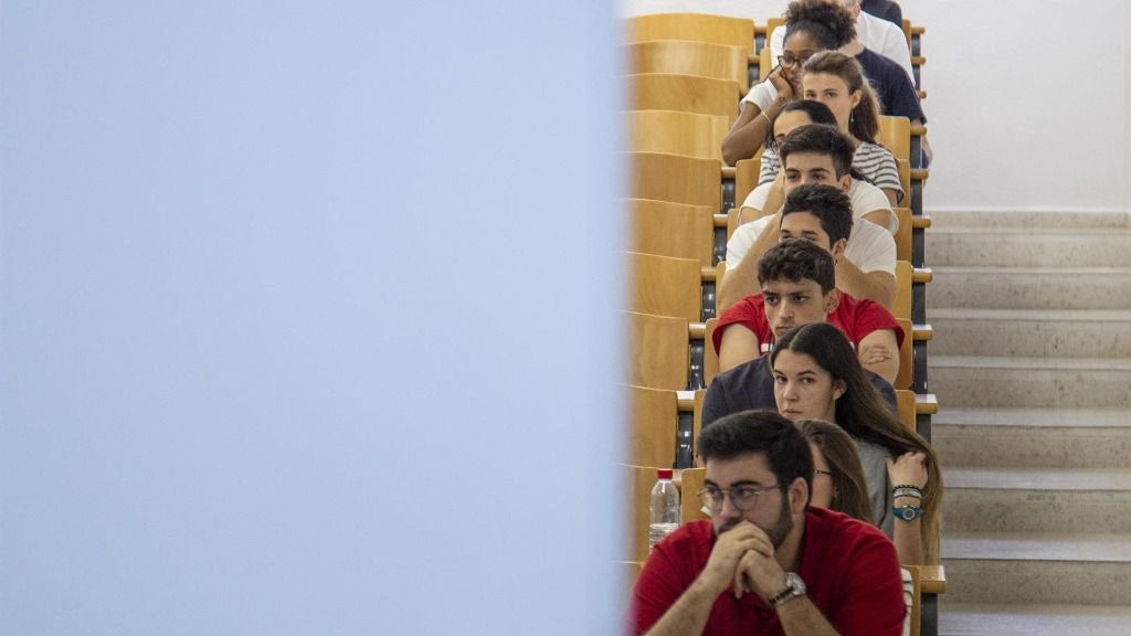 Alumnos examinándose de las pruebas de acceso a la universidad en la Universidad de Sevilla