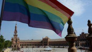 Bandera arcoiris izada en la Plaza de España de Sevilla con motivo del Día del Orgullo LGTBI