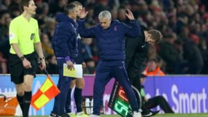 José Mourinho levanta los brazos en el Southampton-Tottenham de la FA Cup