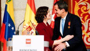La presidenta de la Comunidad de Madrid, Isabel Díaz Ayuso, entrega la Medalla Internacional de la región al presidente de la Asamblea Nacional de Venezuela, Juan Guaidó