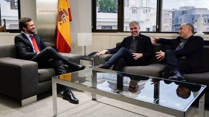 El presidente del PP, Pablo Casado, junto a los secretarios generales de UGT, José María Álvarez, y de CCOO, Unai Sordo