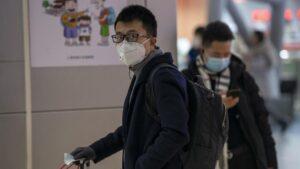 Imagen de un hombre con una marcarilla en medio del brote del coronavirus en China