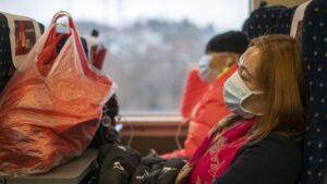 Una mujer con mascarilla para protegerse del brote del nuevo coronavirus