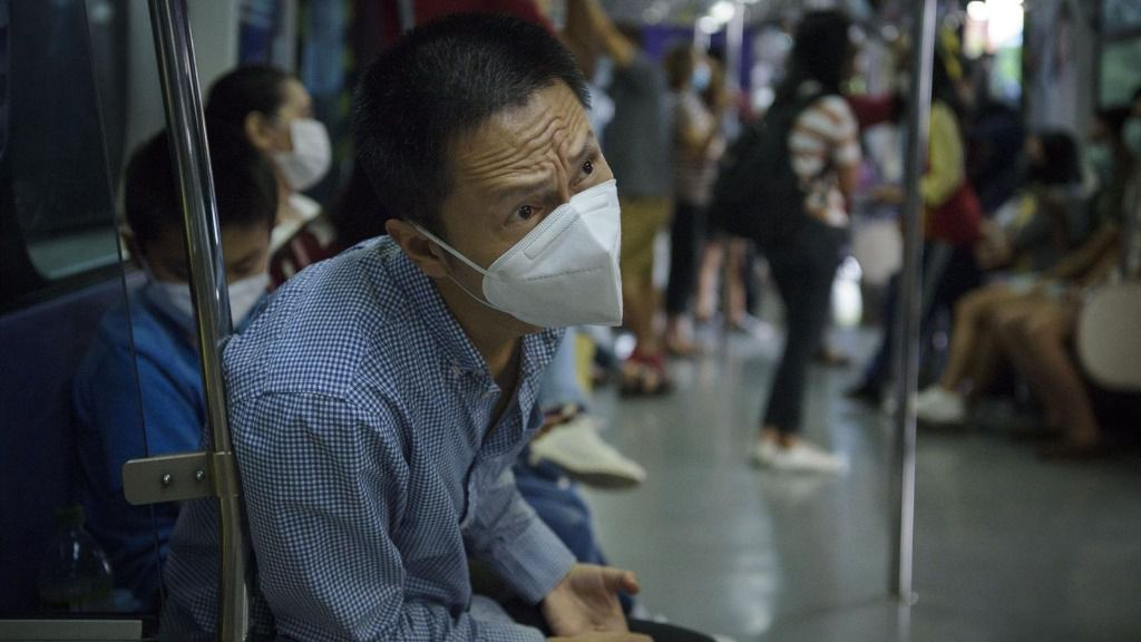 Hombre con mascarilla en el metro de Manila, Filipinas