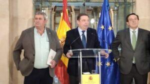 El ministro de Agricultura, Pesca y Alimentación, Luis Planas, con representantes de los agricultores