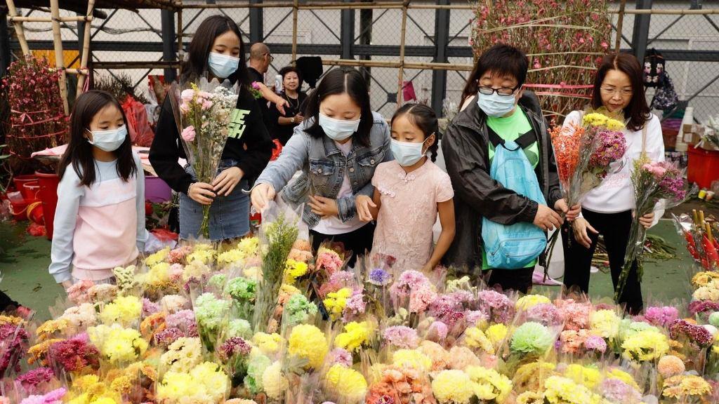 Personas con mascarilla para no contagiarse del nuevo coronavirus en Hong Kong