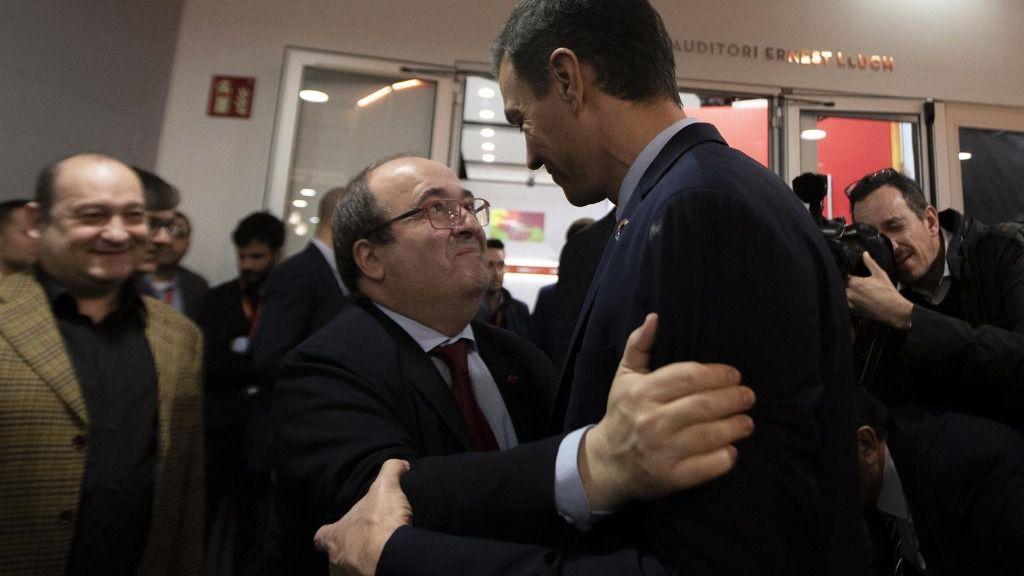 El presidente del Gobierno Pedro Sánchez se abraza al Secretario General del PSC, Miquel Iceta