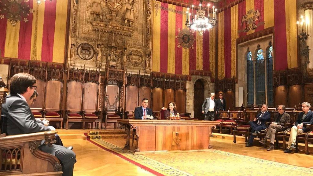El presidente del Gobierno, Pedro Sánchez, y la alcaldesa de Barcelona, Ada Colau, al reunirse en el Ayuntamiento de Barcelona