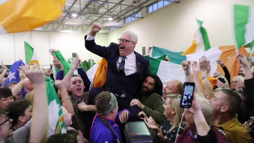Thomas Gould, del Sinn Féin, celebrando los resultados de las elecciones en Cork, Irlanda