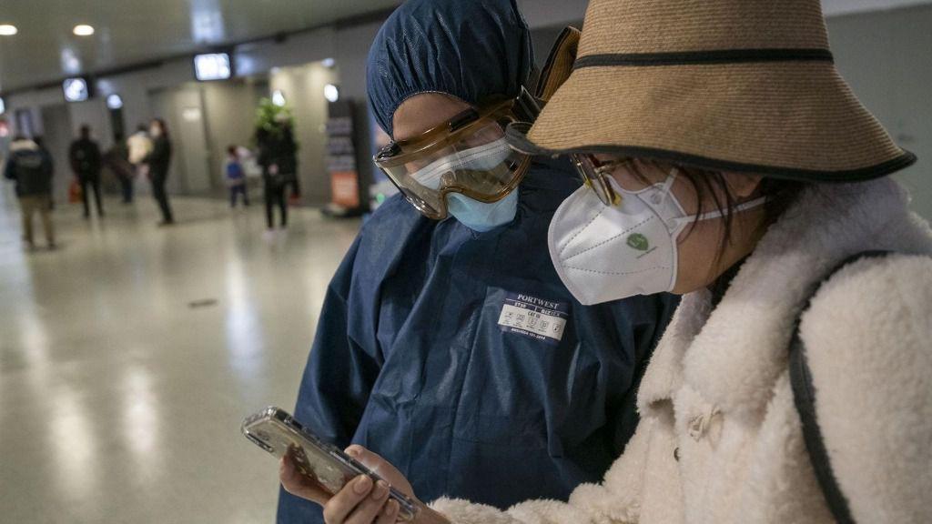 Personas con mascarilla para protegerse del brote del nuevo coronavirus