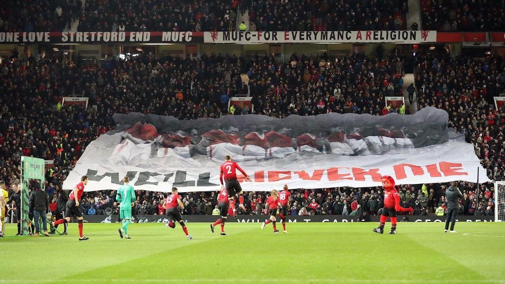 Seguidores del Manchester United en un partido en Old Trafford
