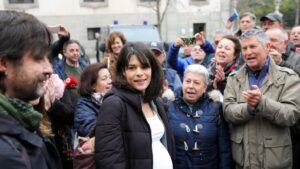 La portavoz de Unidas Podemos en la Asamblea de Madrid, Isa Serra, recibe el apoyo de diferentes concentrados, a su llegada al Tribunal Superior de Justicia de Madrid