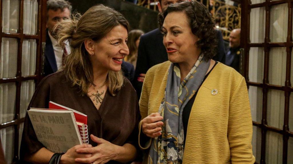 La ministra de Trabajo y Economía Social, Yolanda Díaz; y la diputada del PSOE y exministra de Trabajo, Migraciones y Seguridad Social, Magdalena Valerio, en el Congreso
