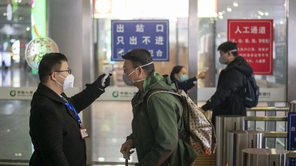 Toman la temperatura a pasajeros en un aeropuerto de China