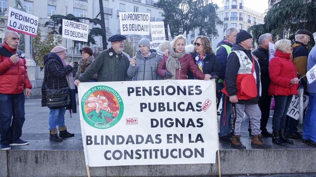 Varios pensionistas movidos por la plataforma de pensionistas en una manifestación anterior ante el Congreso