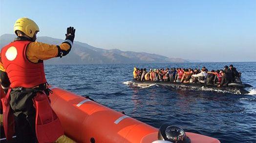 Aproximación a migrantes a la deriva.