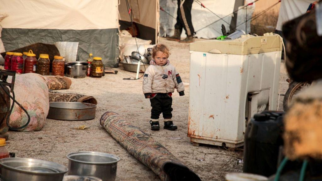 Un niño sirio mira a cámara en un campo de refugiados en la localidad de Dana, cerca de la frontera de Siria con Turquía, el 27 de diciembre de 2019