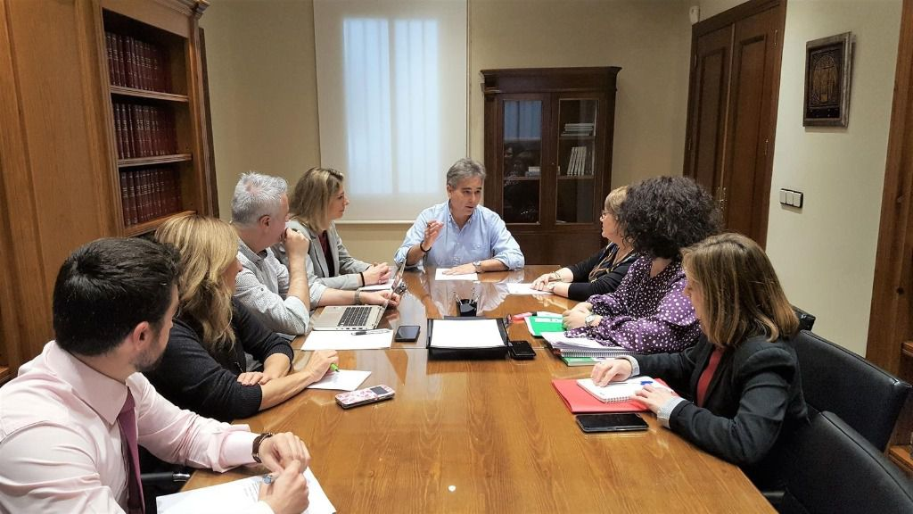 El Presidente De SATSE, Manuel Cascos, Junto Al Resto De Miembros Que Forman Parte De La Comisión Permanente De Igualdad De SATSE