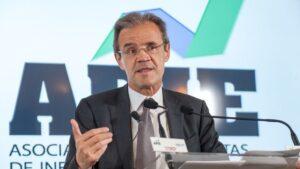El presidente de CaixaBank, Jordi Gual, durante el Curso económico organizado por la APIE en la UIMP