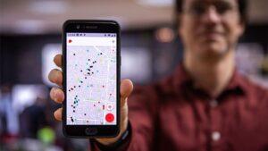 Pablo Ruiz Múzquiz, CEO de Kaleidos, muestra la aplicación en la que se ven un montón de puntos negros que corresponden a casas de juego en la calle Bravo Murillo de Madrid