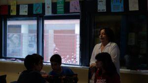 Una profesora imparte una clase en el aula de un colegio